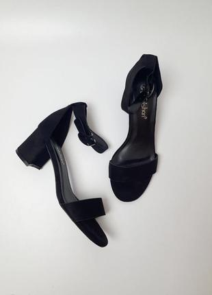 Босоножки на каблуке классика в чёрном и бежевом цвете