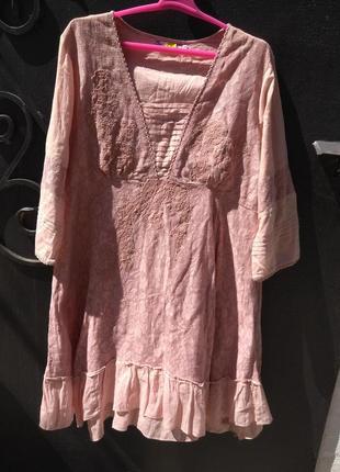 Стильное платье в нюдовом цвете