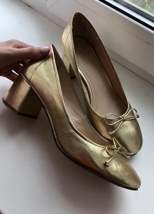 Золотые нарядные деловые туфли на низком широком каблуке взуття