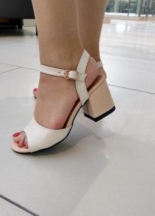 Женские бежевые босоножки на удобном каблуке