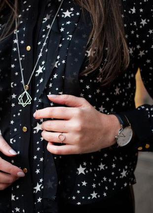 Стильная черная рубашка из плотного шифона с принтом звезды