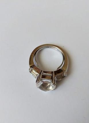 Оригинальное колечко с камнями. диаметр колечка на палец 17.5 мм.