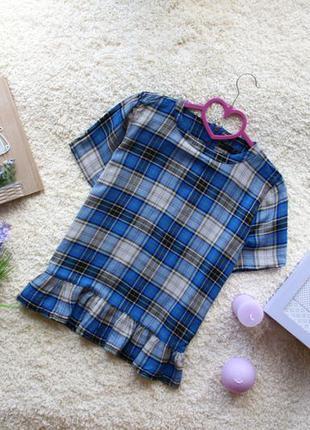 Стильная блузка в клеточку с коротким рукавом и отборкой внизу