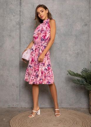 Цветочное приталенное платье без рукавов