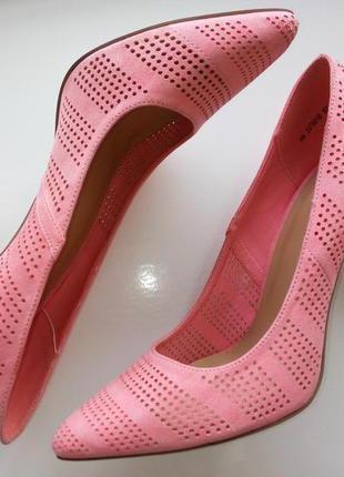 Стильные розовые туфли лодочки замшевые на каблуке перфорация