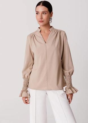 Свободная бежевая блуза с акцентными рукавами