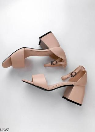 Элегантные босоножки на толстом каблуке