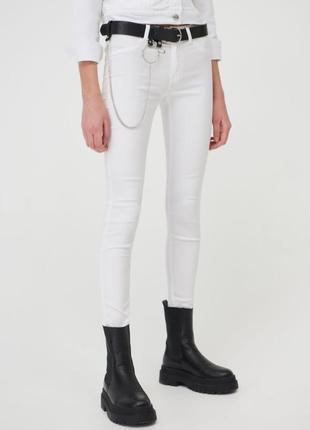 Белые джинсы скинни.