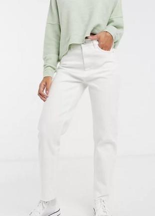 Белые прямые джинсы с высокой посадкой.