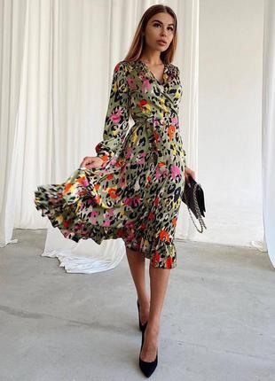 Яркое платье миди на запах