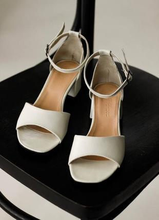 Кожаные белые босоножки на низком каблуке