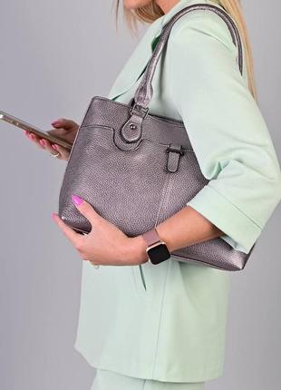 Красива срібляста сумочка