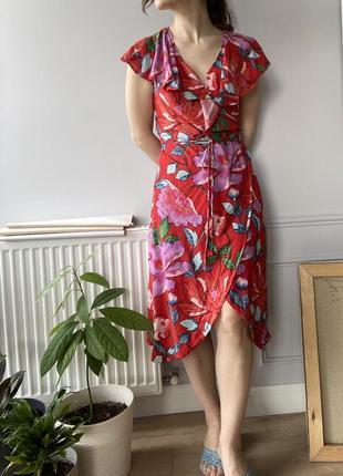 Красное летнее платье миди длины с цветочным принтом, на запах