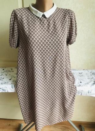 Нюдовое платье с воротничком, принт