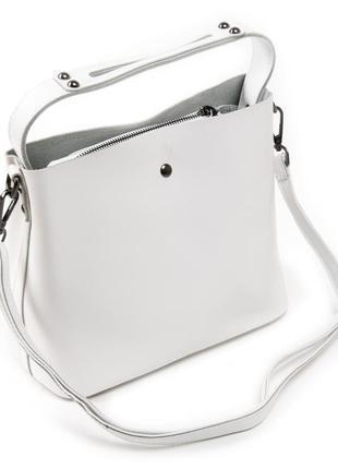 Женская кожаная сумка изготовлена из натуральной плотной кожи.