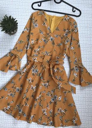 Трендовое горчичное платье в цветочный принт на запах с рукавами
