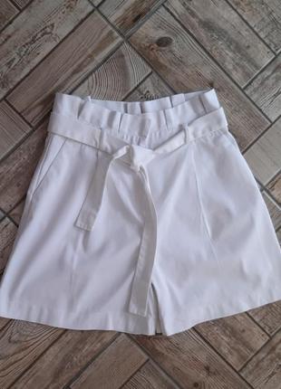 Белые шорты свободного кроя на высокой посадке