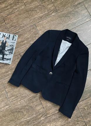 Красивый черный пиджак известного бренда