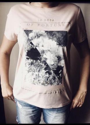 Красивая футболка с черно- белым принтом1 фото