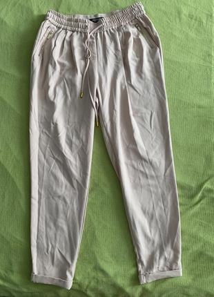 Розовые легкие брюки м