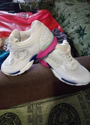 Брнндовые кроссовки