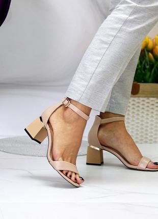 Бежевые босоножки на каблуке с закрытой пяткой