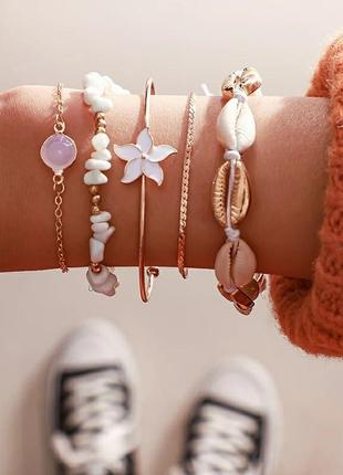 Набор браслетов золотистого цвета ( ракушки , цветок, подвеска )