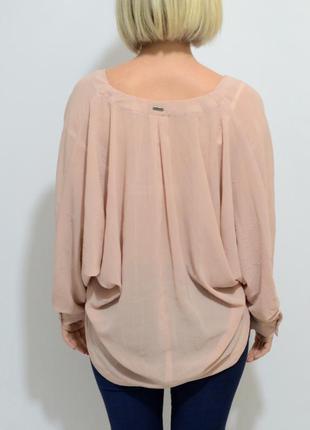 Нюдовая блуза с открытым декольте свободного кроя