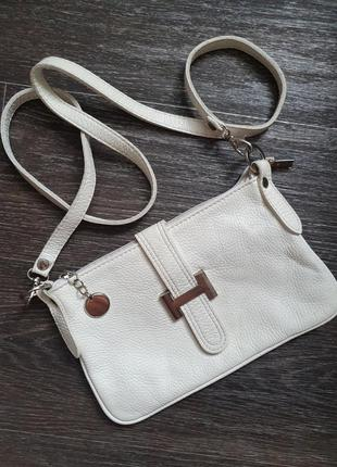 Белая кожаная сумочка на длинном ремешке