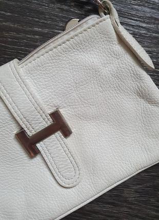 Маленькая белая кожаная сумочка на длинном ремешке3 фото
