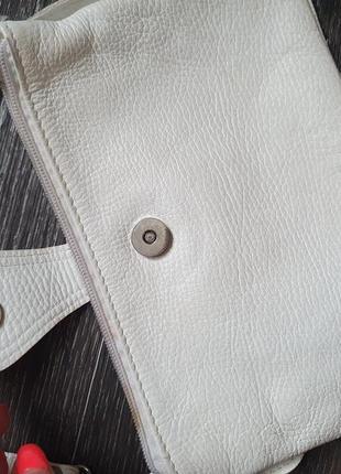 Маленькая белая кожаная сумочка на длинном ремешке4 фото