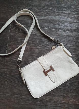 Маленькая белая кожаная сумочка на длинном ремешке2 фото