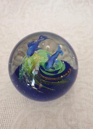 Пресс-папье стеклянный шар дельфины