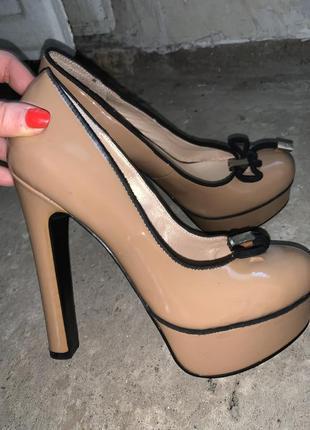 Бежевые туфли на каблуках лодочки лаковые туфли