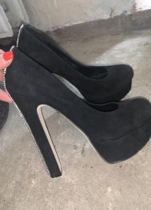 Чёрные замшевые туфли на каблуках лодочки