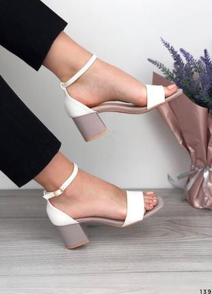 Белые босоножки с бежевым каблуком босоножки на среднем каблуке