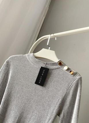 Светло-серый гольф джемпер в рубчик с золотыми пуговицами new look