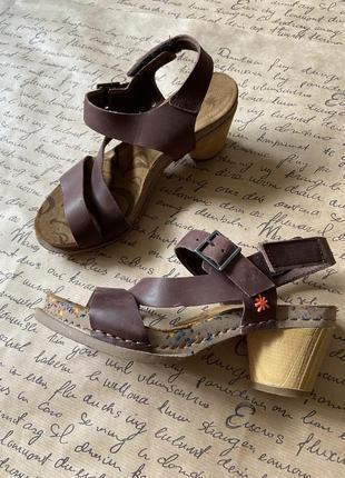 Шикарные коричневые кожаные босоножки с интересной подошвой на устойчивом каблуке 36 размер