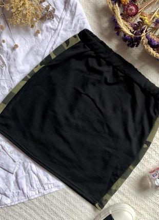 Короткая чёрная юбка со вставками в стиле милитари