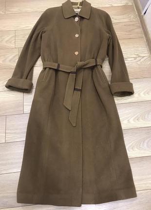 Шерстяное  женское пальто красивого горчичного цвета.