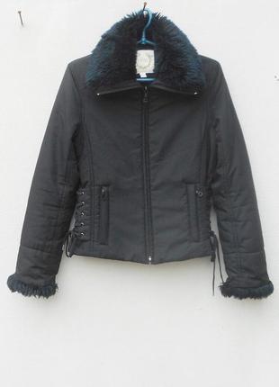 Черная осенняя легкая  короткая куртка