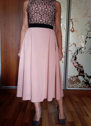 Красивейшее пудровое платье миди с декором из вышивки