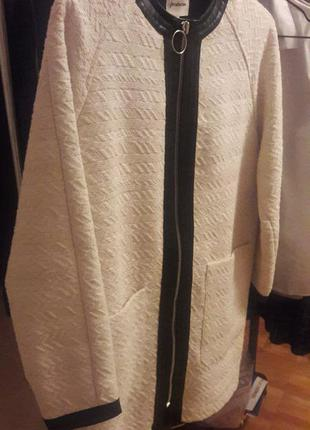 Белое пальто stradivarius