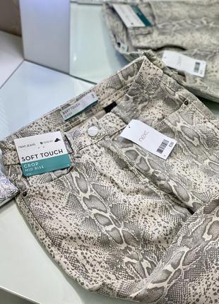 Новые укорочённые джинсы в змеиный принт next 1+1=3