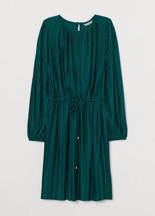 Изумрудное плиссированное платье зеленое