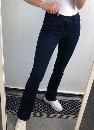 Трендовые темно синие слегка расклешенные джинсы levi's