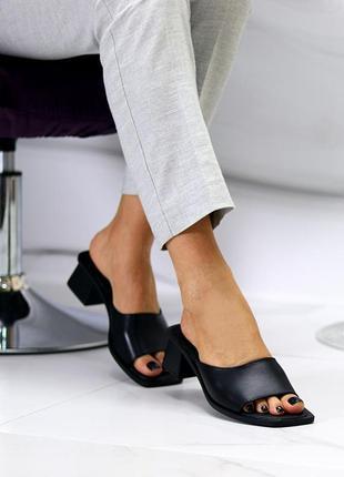 Модные кожаные женские шлепки на удобном каблучке в черном и белом цвете