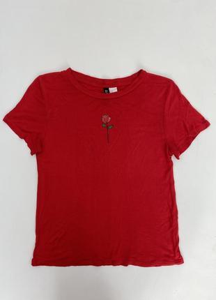 Красная женская футболка с нашивкой розы h&m