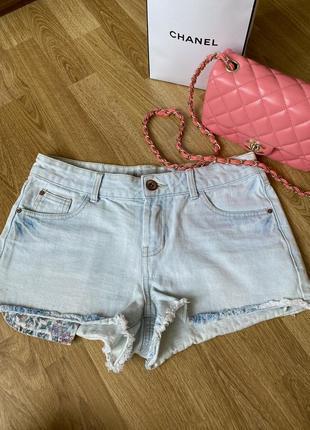 Шорты короткие джинсовые, светлые с бахромой