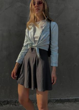 Светлая джинсовая рубашка на кнопках